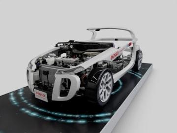 トヨタは主要な電子部品事業をデンソーに集約する方向で動いていたが、デンソーはトヨタ半導体開発を担う合弁会社を設立する。写真は自動車内部のECUやインバータなどが、何処にどのように配置され、どのような役割を果たしているのかを展示した模型