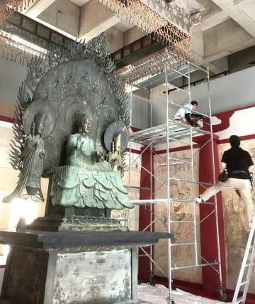 精巧に復元された法隆寺の国宝「釈迦三尊像」や焼損壁画の展示が進む会場=7月10日、福井県福井市の福井県立美術館