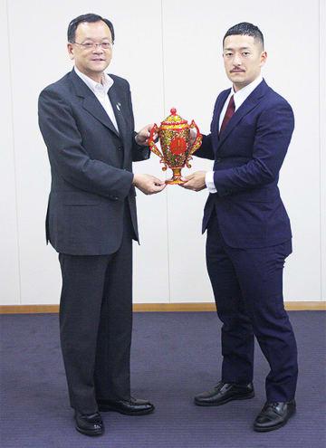 松井選手(右)と落合市長