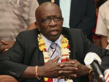 2011年6月、トリニダード・トバゴの空港で記者会見に臨むFIFAのジャック・ワーナー副会長(当時)=ポートオブスペイン(AP=共同)