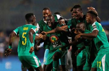 サッカーのアフリカ選手権準々決勝、ベナン戦で先制ゴールに沸くセネガルの選手たち=10日、カイロ(ロイター=共同)