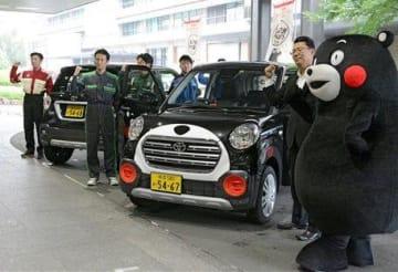 県庁でお披露目された、くまモンを車体にあしらったレンタカー=10日、熊本市中央区