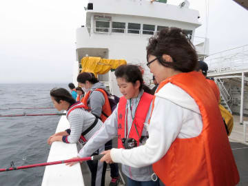 八戸沖で底1本釣りに挑戦する親子