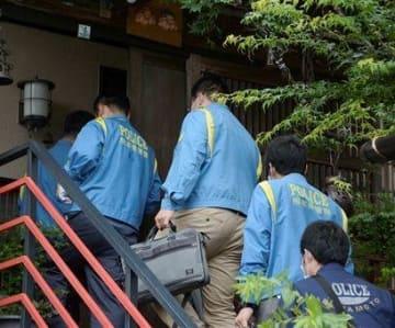 藤木寿人容疑者宅の家宅捜索に入る熊本東署の捜査員ら=10日午後1時半ごろ、熊本市西区城山大塘2丁目