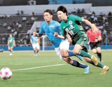 横浜FC―仙台大 前半、相手と競り合う仙台大・松尾(10)