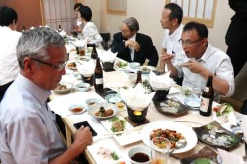 磯焼けの一因とされるアイゴとイスズミを使った料理を味わう参加者=長崎市、そく彩