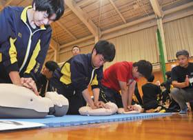 心臓マッサージを学ぶ生徒ら