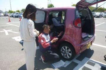 JAF愛知 7月11日~20日は「夏の交通安全県民運動」期間!タイヤ点検と全席シートベルト着用の大切さを学ぶ交通安全イベントを開催 チャイルドシート取り付け状態チェックの様子