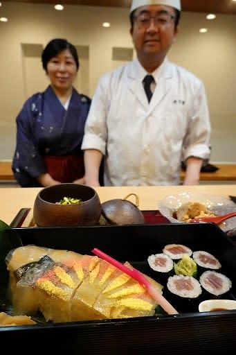 祭りの情景を表現した「船渡御膳」。大阪の文化の発信に意欲を示す石川里留さん(右)と富美子さん=大阪市北区