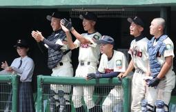 仲間のプレーに熱い視線と声援を送る尼崎稲園ベンチ=明石トーカロ球場