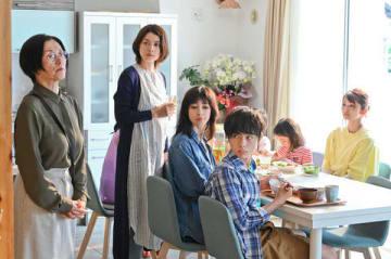 小池栄子さん主演の連続ドラマ「わたし旦那をシェアしてた」第2話の1シーン=読売テレビ提供