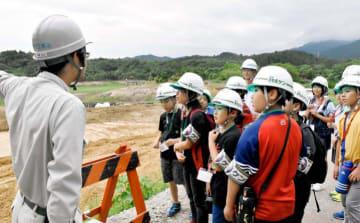 ため池の耐震工事現場を見学する新居浜市内の小学生ら