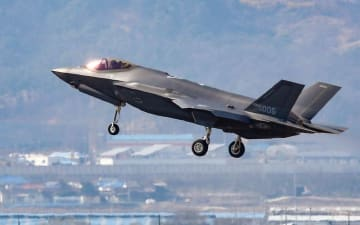 韓国・清州の空軍基地に着陸する最新鋭ステルス戦闘機F35A=3月(聯合=共同)