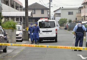 山田雅和さんが血を流して倒れているのが見つかった現場の周辺を調べる捜査員=11日午前10時12分、愛知県田原市