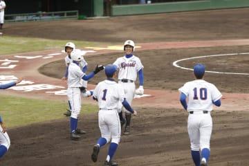 コールド勝ちを決める2点本塁打を放って喜ぶ厚木東・中山