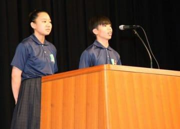 全国高校総体県選手団の結団壮行式で、選手団を代表して決意の言葉を述べる熊野3年の阪本莉寧さん(左)と太田瑛慎君=10日、和歌山市で
