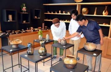 ギャラリー「Kai」をオープンさせた(左から)藤田さん、馬場さん、森さん