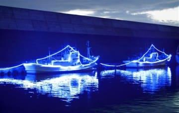 停泊する漁船を約6万9千個のLED電球で彩ったイルミネーション=7月9日夜、福井県越前町厨の越前漁港