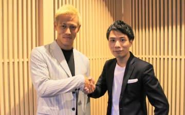 AnyMindグループと本田圭佑氏が資本業務提携で合意(写真は、本田圭佑氏・左とAnyMindグループの十河宏輔CEO)