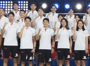 ポーズを決める瀬戸大也(前列中央)、大橋悠依(その右)ら競泳日本代表=11日、東京都内
