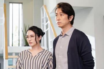 「偽装不倫」に出演する女優の仲間由紀恵さん(左)と谷原章介さん(C)日本テレビ