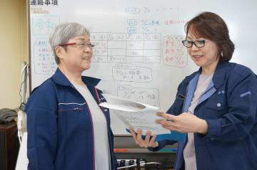 業務の打ち合わせを行う澤山社長(左)と澤山専務