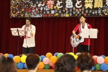 「まびフェス」で歌うkoheiさん(右)とkenさん=6月30日