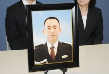 佐々木俊一さんの遺影を前に記者会見する遺族=6月26日午後、さいたま市内