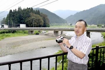 福井豪雨の被害の様子を記録した15年前を振り返る森永泰造さん=7月3日、福井県福井市蔵作町