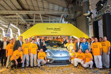 VWメキシコ工場で最後のザ・ビートルがロールアウト(7月10日)