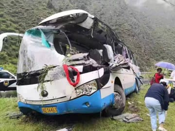 観光バスに落石 死者8人に、四川省松潘県
