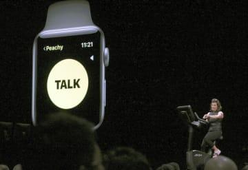 アップルの開発者会議で披露された腕時計型端末に搭載されたトランシーバーアプリ=2018年6月、米サンノゼ(共同)
