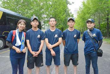 (右から)父親の神田武彦さん、飛翔選手、朋樹選手、康志選手、母親の由美子さん=11日、越谷市民球場