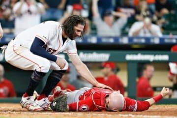 8日、アストロズ・マリスニック(左)とエンゼルス・ルクロイが本塁上で衝突【写真:Getty Images】
