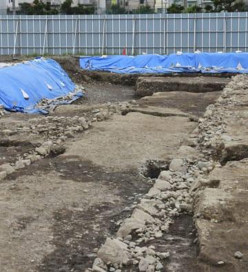 駿府城近くで見つかった、戦国時代末期の造成とみられる道と石垣の遺構=8日、静岡市
