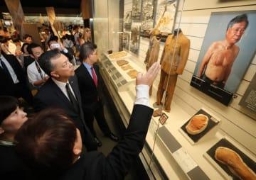 長崎原爆資料館を視察するサイード国連大使(左中央)=長崎市平野町