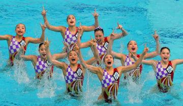 ジャパン・オープンのチームフリールーティンで演技する福村(右から2人目)と主将の乾(その右上)=4月、東京辰巳国際水泳場