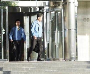 藤木寿人容疑者の行方を調べるため、宿泊施設を捜査する県警の捜査員ら=11日午後6時20分ごろ、熊本市東区