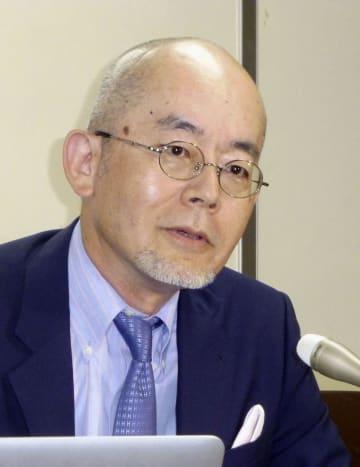 記者会見で、大崎事件の最高裁決定に対する抗議声明を発表する成城大の指宿信教授=12日、東京・霞が関の司法記者クラブ