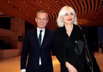 フランスのドルジ環境相(左)と妻のセブリヌさん=2月20日、パリ(ロイター=共同)