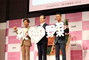 内堀知事(中央)と並んで、福島のモモと夏野菜をPRする城島さん(左)と松岡さん=12日、東京・目黒