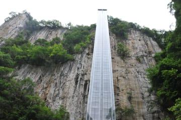 大峡谷を一望できるエレベーターが観光客に人気 貴州省畢節市