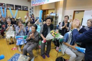 村田が王座に返り咲き、祝福される祖母の悠子さん(中央)=笠岡市大島中