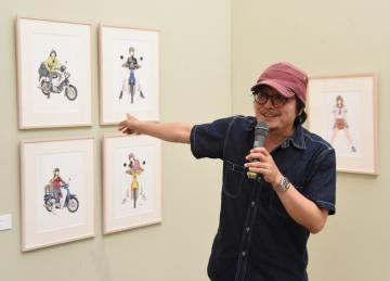 展示作品について解説する漫画家の江口寿史さん=筑西市丙のしもだて美術館