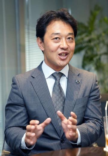 インタビューに答える日本ラグビー協会の岩渕健輔専務理事