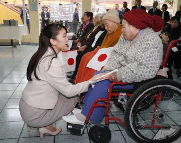 「エンマヌエル協会」が運営する老人ホームで、入居者に声を掛けられる秋篠宮家の長女眞子さま=12日、ペルー・リマ近郊のカヤオ(共同)