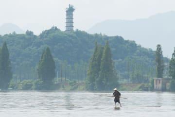 1本の竹に乗って川を渡る 浙江省建徳市