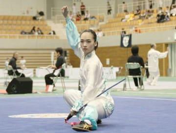 女子太極剣で力強い演武を披露する選手=ジップアリーナ岡山