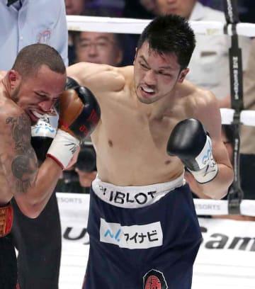 WBA世界ミドル級タイトルマッチ 2回、猛烈なラッシュでブラントを攻める村田(右)=エディオンアリーナ大阪
