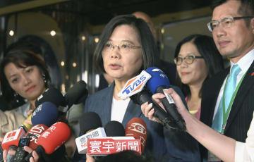 米ニューヨークで記者団の取材に応じる台湾の蔡英文総統=12日(共同)